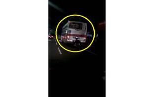 """Cadeirante """"pega carona"""" em traseira de ônibus e cai em avenida; assista"""