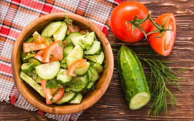 Salada mais famosa do Pinterest é aprovada por nutricionista; veja detalhes