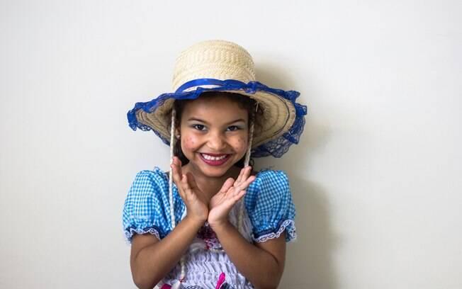 Para que não tenha imprevistos com a roupa no dia da festa, é interessante levar a criança para experimentar o traje