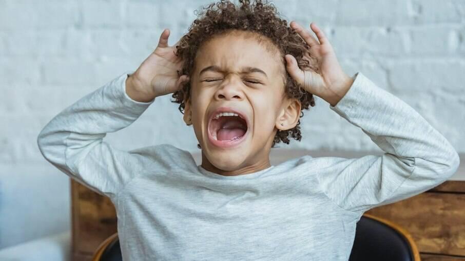 A pandemia fez crescer a incidência de ansiedade e TICs nas crianças: saiba identificar os sinais e como tratar