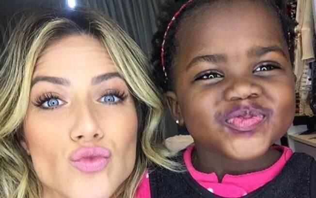 Famosas brasileiras arrasam, cada uma de jeito, na maternidade