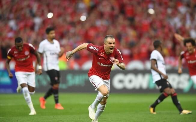D'Alessandro comemora o gol que fez o Internacional passar o São Paulo e colar no líder Palmeiras