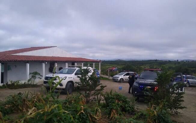 carros da polícia na frente de uma casa