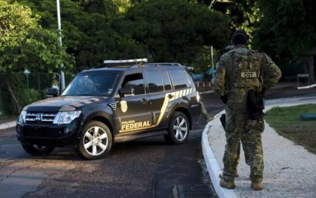 A Polícia Federal está na residência oficial do presidente da Câmara dos Deputados, Eduardo Cunha, no Lago Sul em Brasília, para cumprir mandados de busca e apreensão