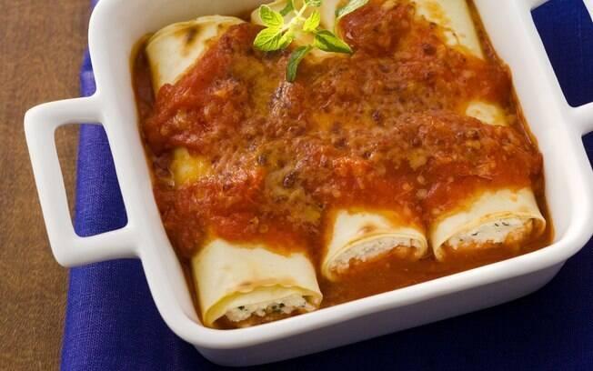 Tirar a carne da massa diminui o preço do prato; veja como fazer canelone de ricota com molho de tomate