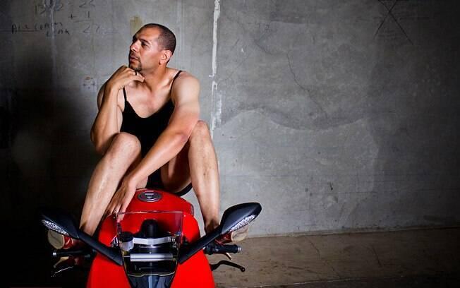 Jason Wilson, vendedor da Moto Corsa, imita modelo em fotos com a Ducati 1199 Panigale