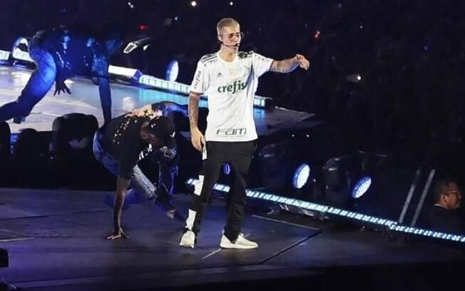 Justin Bieber usou a camisa do Palmeiras em um dos shows que fez em São Paulo e se juntou a outros famosos