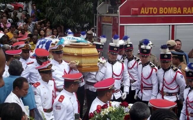 Após cortejo fúnebre, acompanhado por uma multidão de populares, caixão de Joãosinho Trinta chega ao cemitério