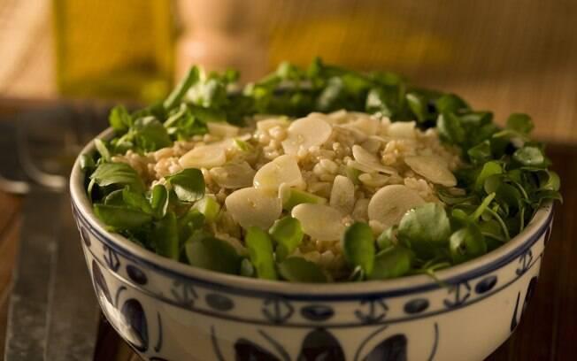 Foto da receita Salada light de trigo com maçã e alho pronta.