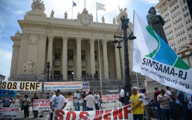 Votações de medidas de recuperação fiscal no Rio provocaram uma série de protestos em frente à Alerj