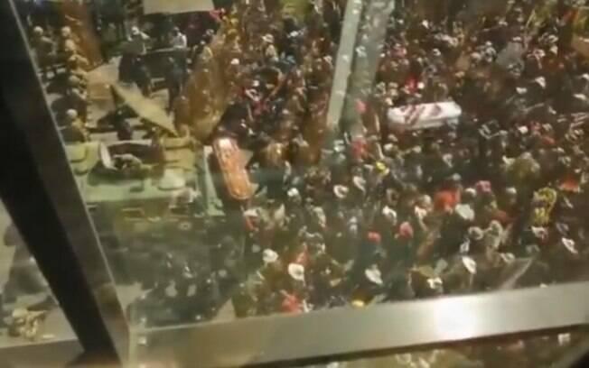 Corpos foram carregados por multidão