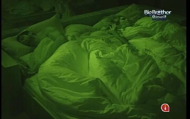 Trio do grupo Selva divide a cama no Quarto do Líder