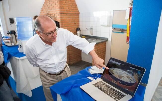 Alckmin mostra construção de reservatório da Sabesp em Itapecerica da Serra, na Grande SP