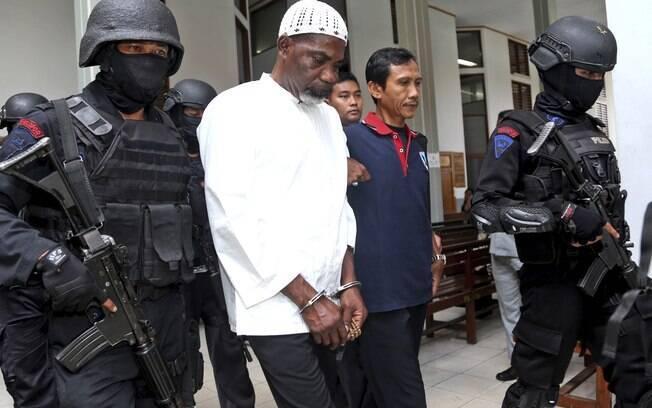 Condenado à execução na Indonésia passa por jornalistas em ilha-prisão (Arquivo)