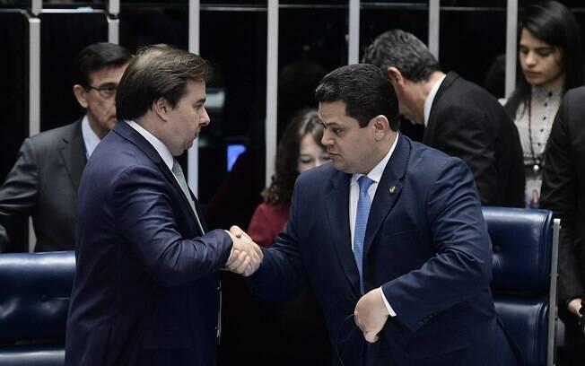 Rodrigo Maia e Davi Alcolumbre divergem sobre divisão da verba que será destinada a estados e municípios