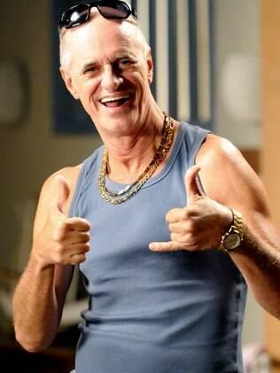 Marcos Caruso como seu famoso personagem Leleco de 'Avenida Brasil'