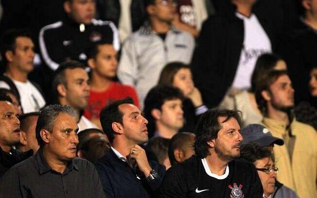 Expulso no jogo da volta contra o Vasco, Tite  viu do meio da torcida o gol de Paulinho na  vitória por 1 a 0 que levou o Corinthians às  semifinais