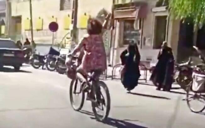 Mulher é presa no Irã por não usar Hijab na rua durante passeio de bicicleta