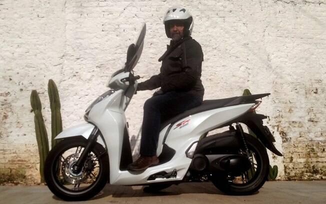 A altura de 805 mm do assento do Honda SH 300i às vezes atrapalha o equilíbrio em baixa velocidade