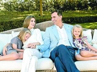Família real.  Príncipe Felipe ao lado de sua mulher Letizia e suas filhas Sofia ( esq. ) e Leonor, que passa a ser a nova herdeira no trono