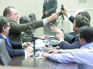 Tumulto. Iran Barbosa discutiu com cidadãos, com Preto (DEM) e tentou tomar microfone da mesa