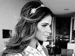 A blogueira Thássia Naves posta foto usando headband em seu Instagram