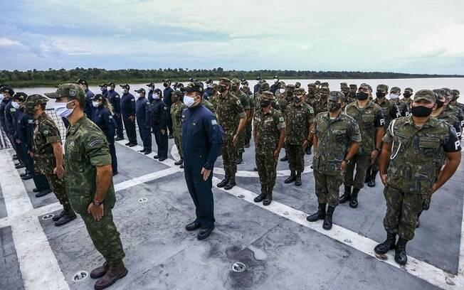Militares em formação no Navio Auxiliar Pará