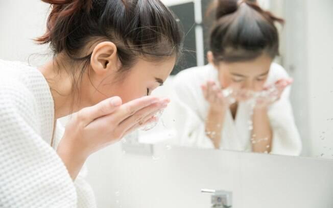 Lavar o rosto muitas vezes ao dia pode ser ruim se você quer evitar espinhas, já que deixa a pele oleosa e causa efeito rebote