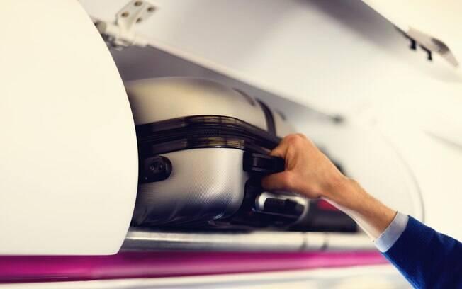 Para ter uma viagem sem problemas, é recomendável levar um agasalho no avião, por causa das baixas temperaturas