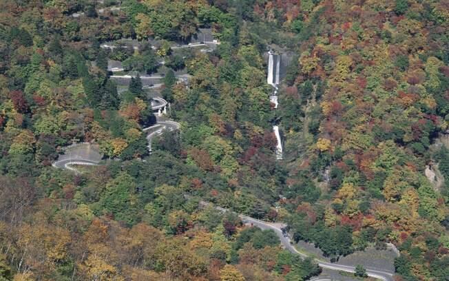 Cachoeiras e muito verde na estrada Iroha-Zaka