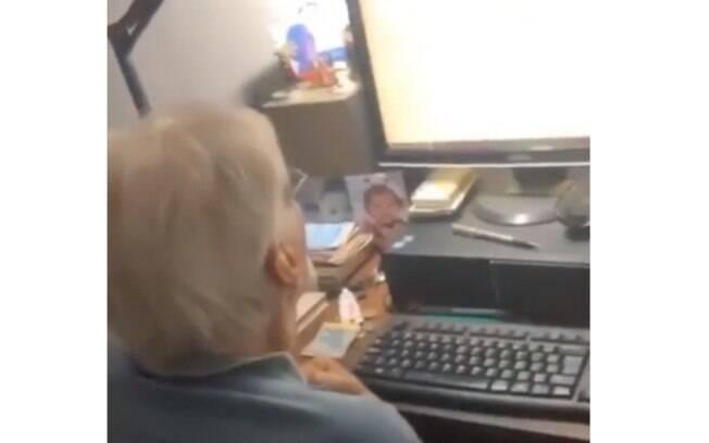 Senhor briga com computador enquanto neto filma a cena
