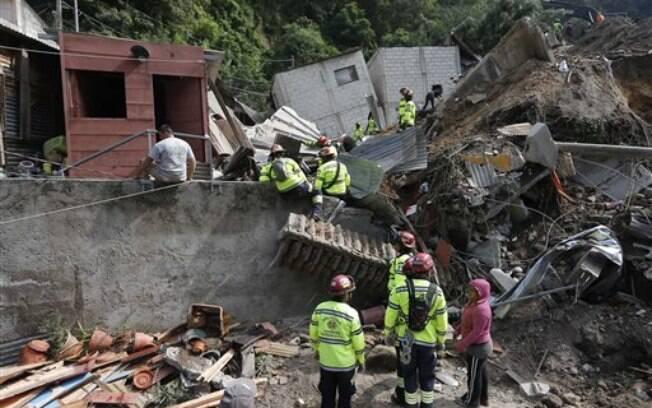 Bombeiros e moradores ajudam no resgate de vítimas de deslizamento de terra em Cambray