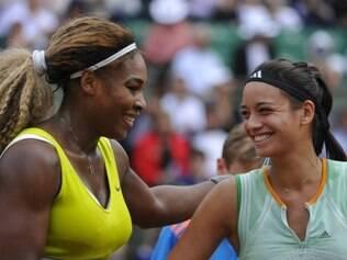 Atletas Serena Williams e Alizé Lim se cumprimentam após o jogo.