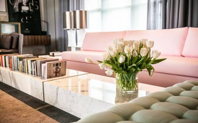 """4 MINUTOS - Flores sempre deixam a casa mais bonita. """"Existem muitas opções de arranjos que você pode comprar prontos"""", aponta a arquiteta"""