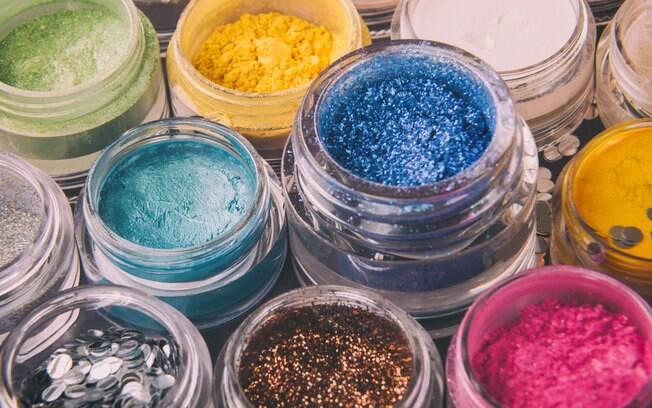O glitter vai grudar em tudo, mas não se desespere, tem maneiras fáceis de limpá-lo
