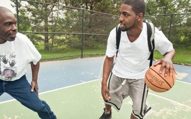 Stan Larkin, com o coração artificial, jogando basquete com seu pai