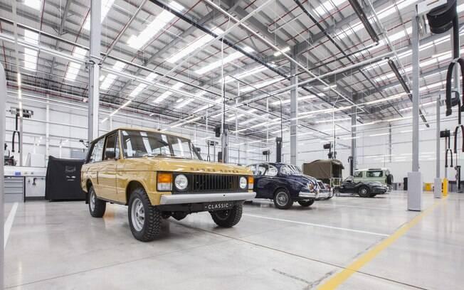 A Jaguar Land Rover está entre as marcas de carros que irão focar em modelos híbridos e elétricos