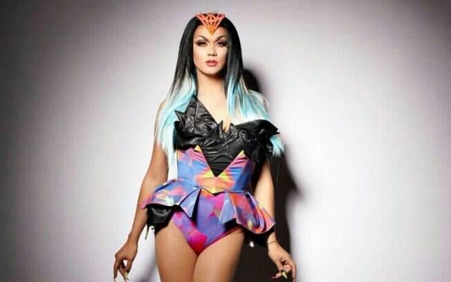 Manila Luzon canta, atua e é modelo. Há algum tempo participou de um filme pornô como Drag Queen