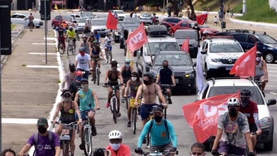 Carreata contra o presidente Jair Bolsonaro em frente ao estádio do Pacaembu, em São Paulo