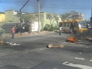 Moradores fecharam a via com madeiras e pneus queimados
