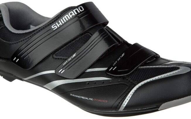 É importante usar sapatilhas ou tênis apropriados para pedalar