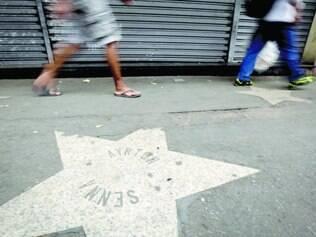 Decadência. Estrelas que homenageiam grandes pilotos da Fórmula 1 em calçada estão deterioradas e bastante sujas