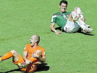 Simulador? Na imagem, Robben reclama de falta em jogo contra o México