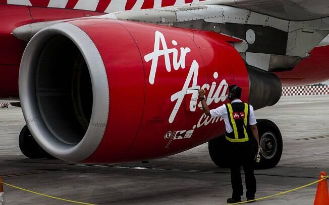 Técnico inspeciona avião da AirAsia antes de decolagem no Aeroporto Internacional Soekarno Hatta, em Jacarta, na Indonésia. Foto: Getty Images/Oscar Siagian