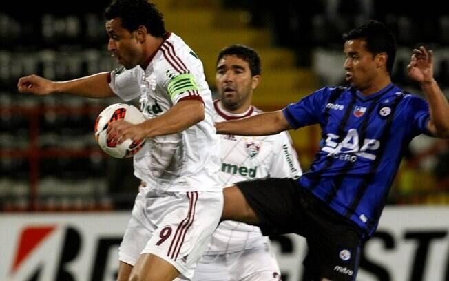 O atacante Fred, do Fluminense, sofre com a  marcação de Yedro, do Huachipato