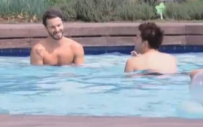 Thiago e Marlon se divertem na piscina