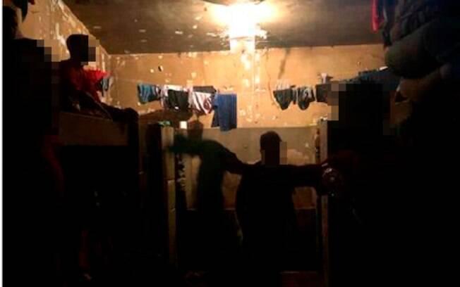 No pedido para interdição parcial do presídio, fotos mostram presos vivendo em em celas superlotadas e com ventanas lacradas.