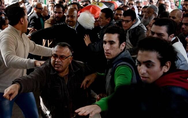 No aniversário de quatro anos de revoltas, manifestantes voltam às ruas do Egito e são reprimidos com violência