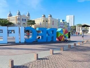 """A praça Marco Zero ganha um grande letreiro que enaltece a cidade como a """"Capital do Frevo"""""""