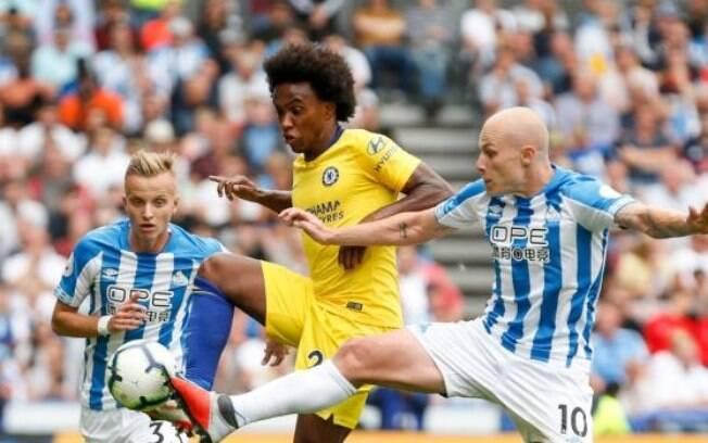 Willian em ação pelo Chelsea na primeira rodada da Premier League contra o Huddersfield